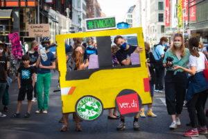 Busfenster aus Pappe mit den Logos von Fridays for Future und Ver.Di